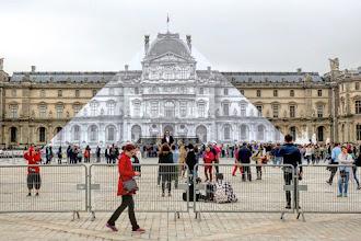 Street Art : JR fait disparaître la pyramide du Louvre - Paris 1