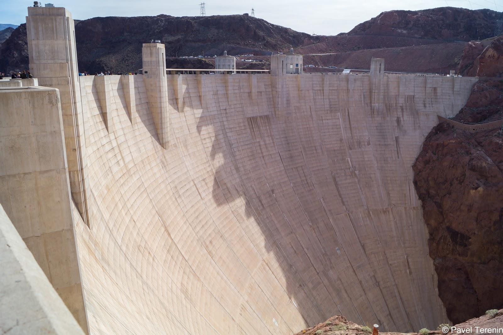 Строительство плотины создало множество рабочих мест, что позволило снизить уровень безработицы.