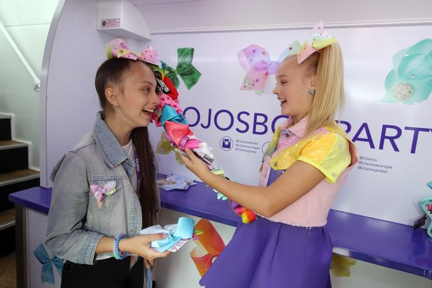 Nickalive jojo bows star causes a massive frenzy in birmingham as jojo siwa right admires the multiple bows worn by superfan leah jade davies from cardiff image birmingham mail m4hsunfo