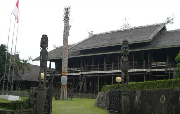 Rumah Adat Kalimantan Timur Lamin