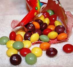ну и конечно же дети будут очень рады увидеть конфеты после верхних слоев;