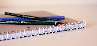 foto di quaderno con penna e matita sopra