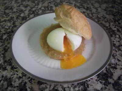 Hojaldre con huevo mollet y cebolla caramelizada