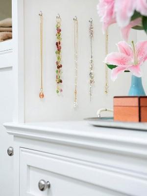 Manfaatkan ruang dinding yang kosong untuk merapihkan perhiasan dan aksesoris. Ternyata tidak perlu tempat khusus untuk memajang perhiasan dan aksesoris, kan?