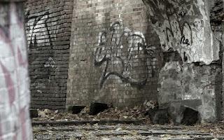 http://fotobabij.blogspot.com/2015/11/puawskie-graffiti-na-tapete_8.html