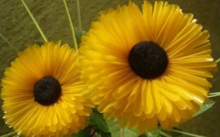 membuat bunga dari sedotan dengan sedotan berwarna kuning