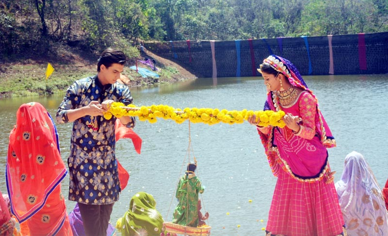 Kartik and Naira from Yeh Rishta Kya Kehlata Hai celebrate Ghangor on the show