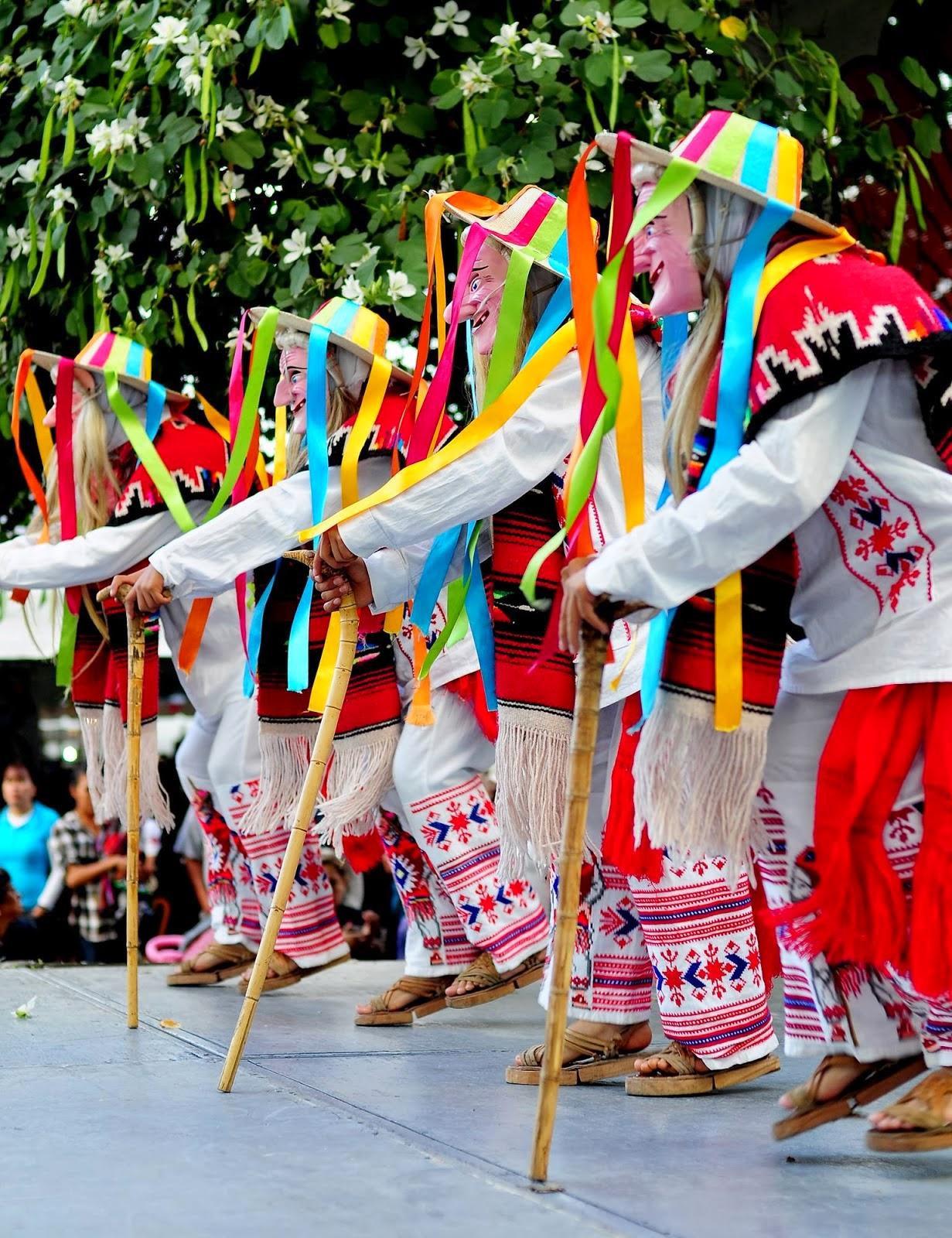 personas realizando la danza de los viejitos