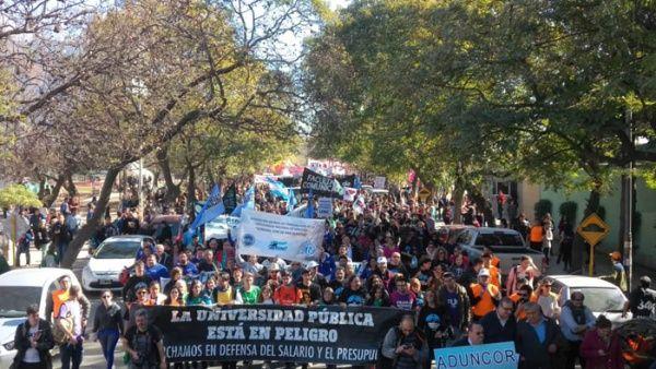 "Gobierno argentino admite que aumento ofrecido a docentes ""es poco"""