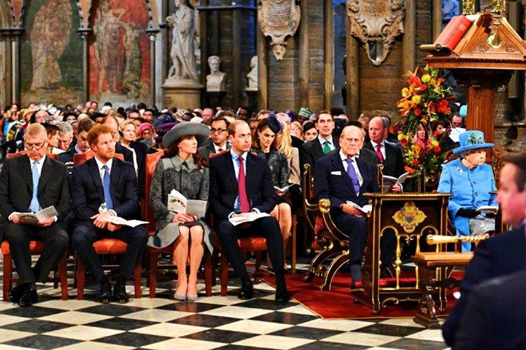 İngiliz Kraliyet Ailesi'nin gidilen etkinliklerdeki oturma dizilimi, öncelik sırasına yakışır şekilde olmak zorundadır.