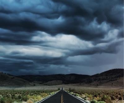 jalan yang diliputi awan gelap hitam