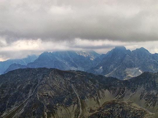 Szpiglasowa Przełęcz (słow. Szpiglasové sedlo, 2110 m n.p.m.), dalej Żabia Przełęcz (słow. Žabie sedlo, 2225 m n.p.m.).
