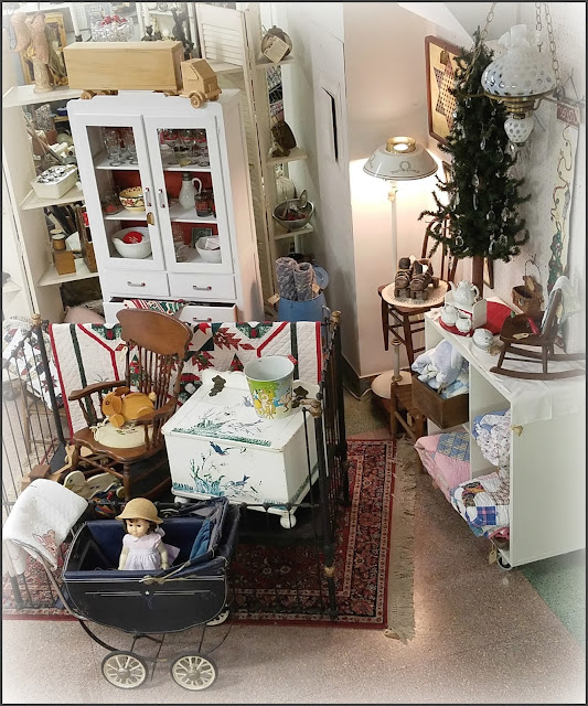 Beautiful Antiques Booth Christmas Display Ideas