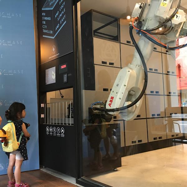 鵲絲旅店利用機器手臂做行李寄放,可放入29吋與25吋兩種尺寸的行李箱。不僅服務住客,還常常吸引路過的人駐足觀看。(圖片來源:詹子嫻攝)