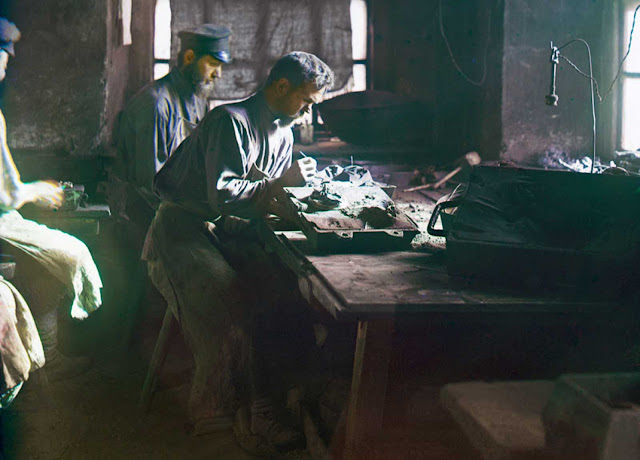Molding of an artistic casting (Kasli Iron Works), 1910. From the album