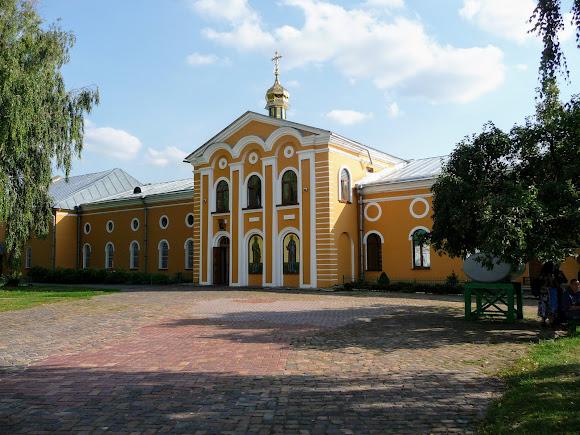 Чернигов. Елецкий монастырь. Петропавловский храм и трапезная