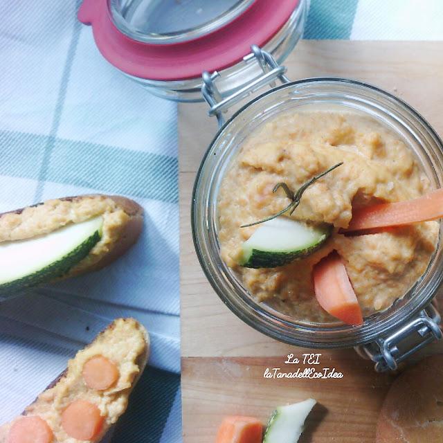 Hummus di carote nel barattolo di vetro