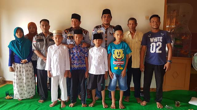 Ketua GM Pekat IB Sumut Khairul Anhar Harahap dan Ketua GM Pekat IB Asahan Dadang foto bersama anak-anak yang dikhitan.