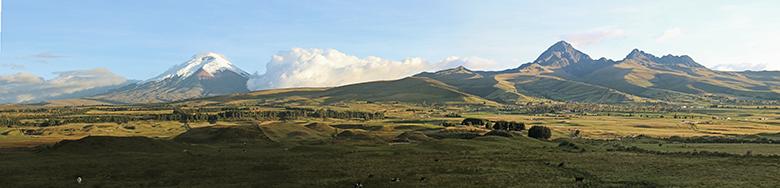 Panorámica del entorno con el volcán Cotopaxi y el Rumiñahui