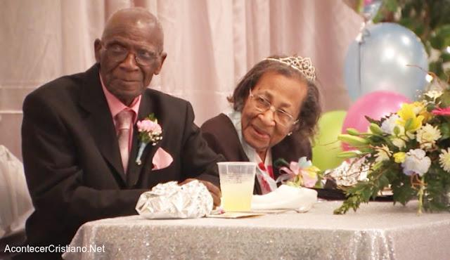 Pareja de ancianos casados 82 años