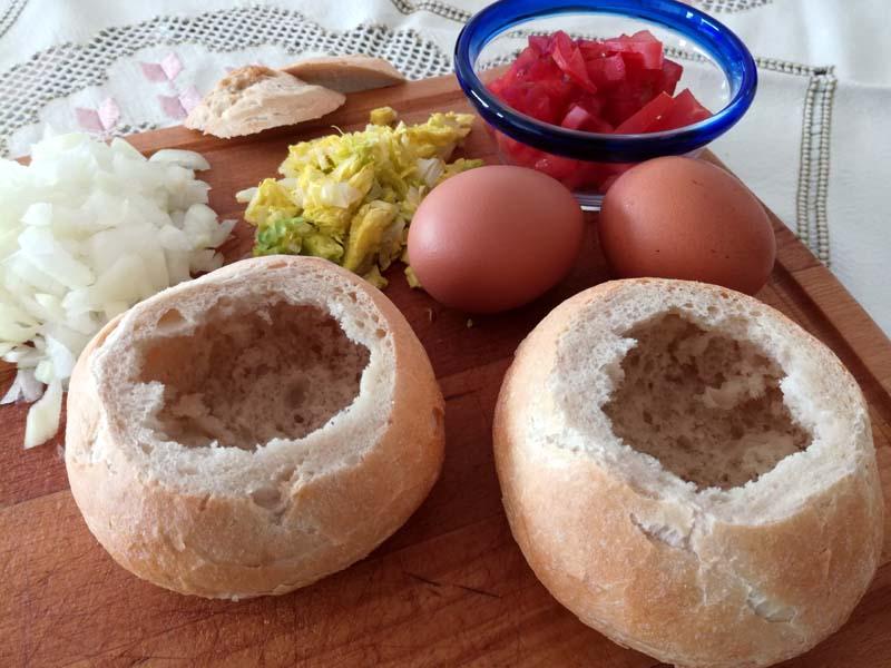 Panini ripieni con uova e cipolla cotti in padella