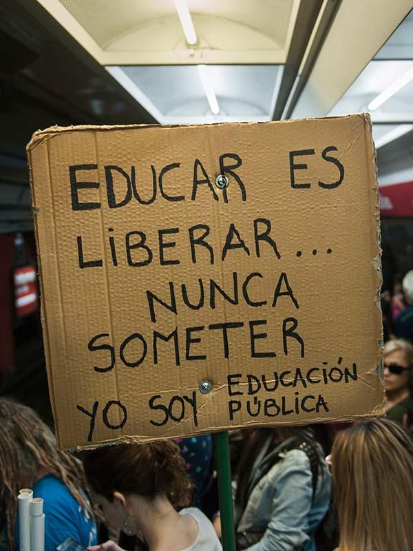 """Cartel con la frase """"educar es liberar, nunca someter, yo soy educación pública"""""""