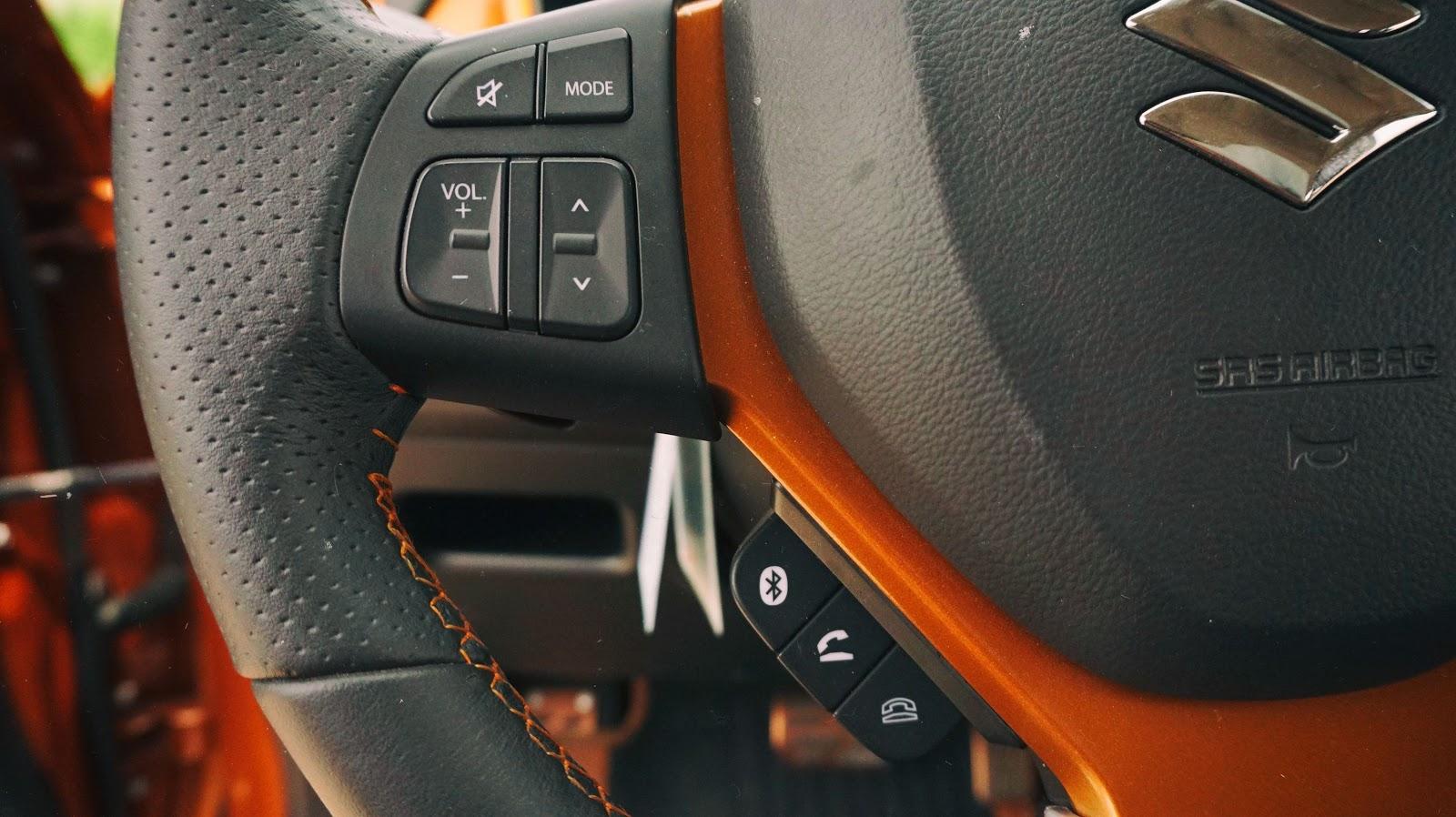 Xe được trang bị kết nối và nghe gọi điện thoại qua các nút bấm, bản cao cấp sẽ có ra lệnh bằng giọng nói