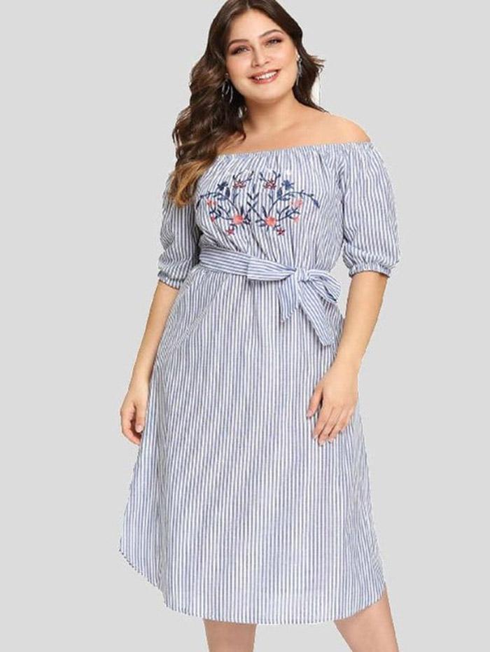 Vestido midi plus size com mangas ciganinhas, tecido listrado em azul e branco e um bordado floral lindo no busto