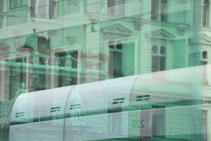 Grazer Hauptplatz, Rathaus durch das Straßenbahnwartehäuschen fotografiert, Spiegelung der Straßenbahn