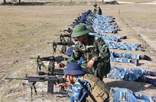Angkatan Darat Vietnam berltatih menggunakan senpan Galil