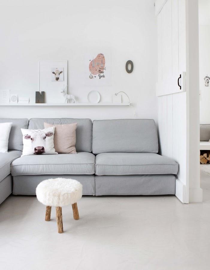 salon blanco, estilo nordico, decoracion nordica, sofa kivik, ikea, cruz madera, blanco, lámpara, ramas decorativas, tronco, alfombra, cojines nordicos, funda cojin