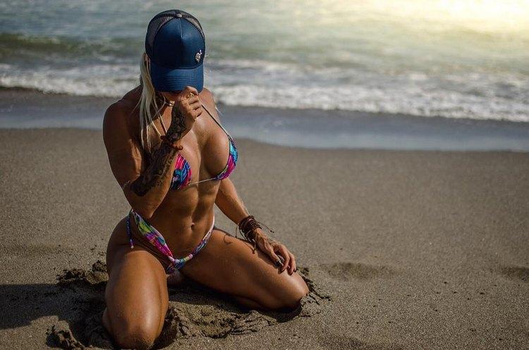 Fitness bikini pro Larissa Reis