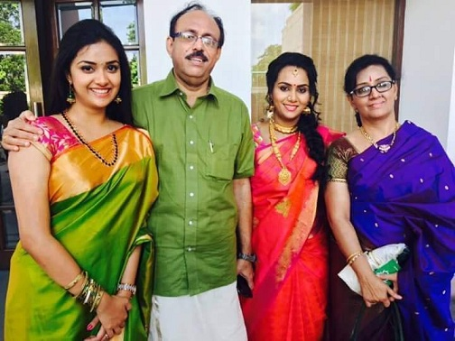 Keerthy Suresh Family Photo [Mother, Father, Sister]