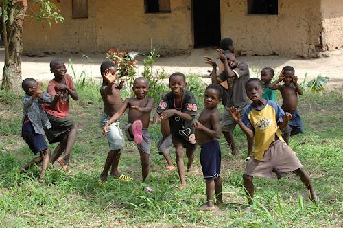 Crianças negras imitando posições de kung fu