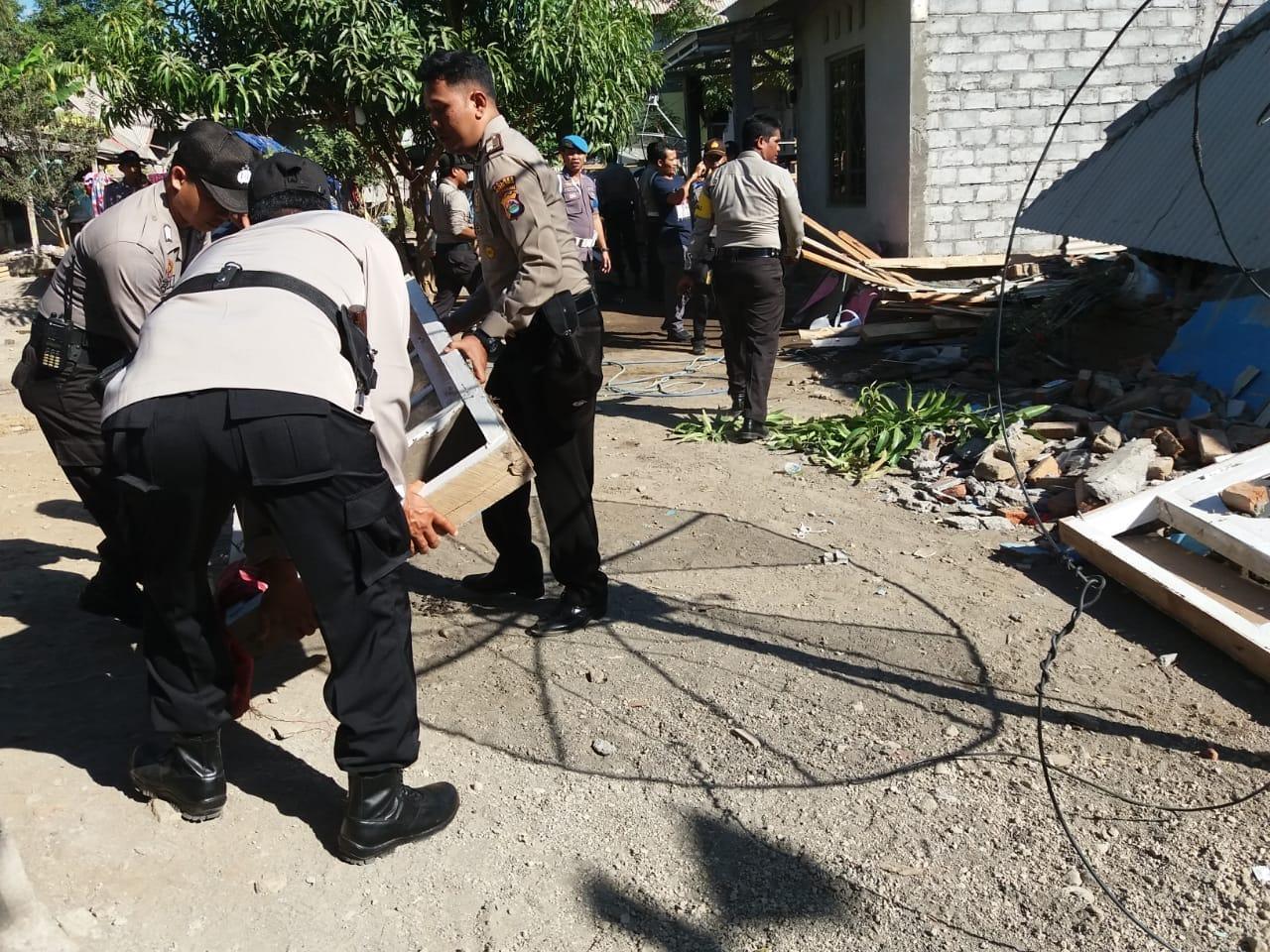Polres Lotim Turun Tangan Bersihkan Puing Reruntuhan Rumah Korban Untuk Gempa Lombok Ratusan Anggota Timur Bersama Dengan Polsek Wilayah Jajarannya Melakukan Kerja Bakti Gotong Royong