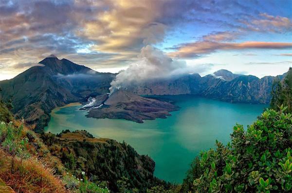 Panorama indah Danau Segara Anakan di Gunung Rinjani