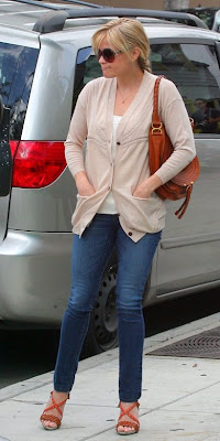 c7a2151b6db Reese Witherspoon at a salon in Beverly Hills wearing her Chloe Marcie bag,  Proenza Schouler platform wedges, J Brand skinny jeans, delicate pendant ...