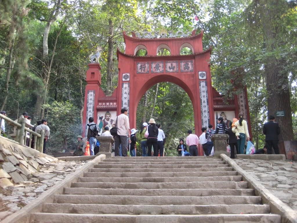 Cổng vào khu di tích đền Hùng