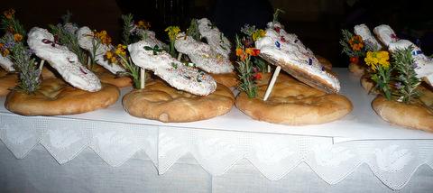 Ofrenda de pajarillas (pastas) sobre tortas de aceite el día de Jueves Santo