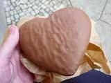 turta dulce in forma de inimioara, invelita in ciocolata cu lapte