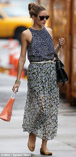 #OliviaPalermo, street style, celebrity wearing a floral skirt, look for less