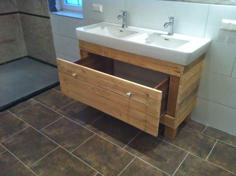 mueble para el lavamanos y espejo realizado con palets. Black Bedroom Furniture Sets. Home Design Ideas
