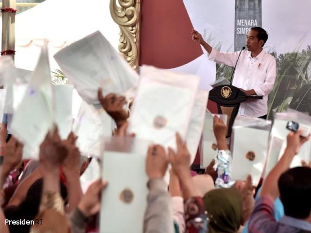 Jokowi Serahkan 8000 Sertifikat Tanah ke Warga di Grobogan
