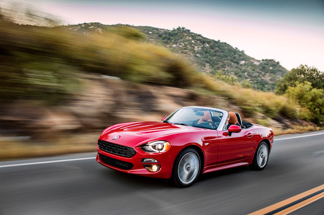 Front 3/4 view of 2018 Fiat 124 Spider Lusso