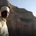 O padre que escala uma montanha perigosa todos os dias para chegar à igreja