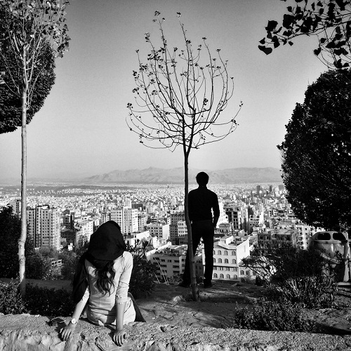 "Foto por Ako Salemi - Couple are watching Tehran - serie ""Tehran City of Hope and Despair"" 