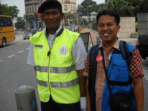 TWIN TOWERS : Ini saya bersama salah seorang police officer sekitar Menara Kembar Petronas 17 November 2009 yang lalu.  Sayang sekali saya tidak sempat menanyakan nama dan alamat rumah pak Polisi yang cool ini