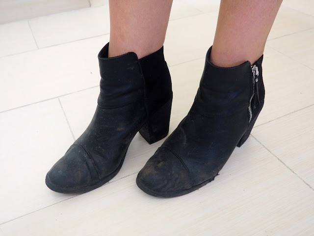 Living On The Edge | outfit shoe details of high heel black ankle boots