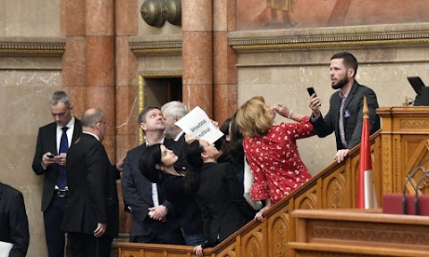 Tombolása után rendkívüli parlamenti ülést és vizsgálóbizottságot követel az ellenzék