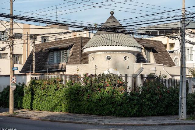 Casa com torrinha cilíndrica e cobertura cônica